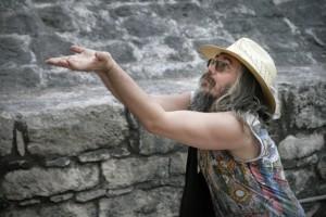 Christian Rätsch demonstriert ein Haaropfer 300x200 MAYA | Das alte Wissen | Indios und das Erbe ihrer Ahnen