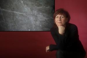 Viola Zetzsche mit Nasca -Zeichnung | Wissenschaftsjournalistin und Autorin | reist in Peru und Mexiko und hält Vorträge in ganz Deutschland